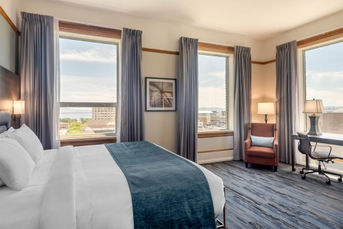 Supreme Harbourview King - Courthouse Hotel - Thunder Bay, Ontario, Canada - View 1
