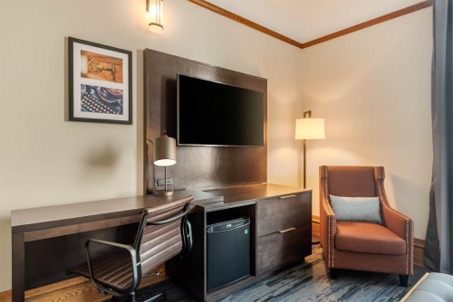 Supreme Harbourview King - Courthouse Hotel - Thunder Bay, Ontario, Canada - View 4